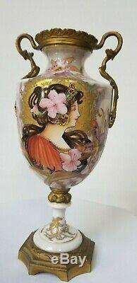 French antique vase signed by the artist. (1890-1910)
